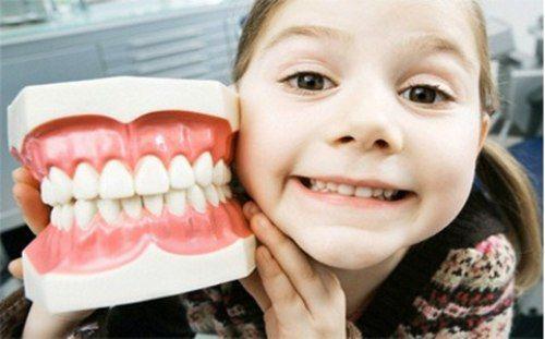 Muốn con có được một hàm răng đẹp khi trưởng thành thì đừng để bé bị súng răng